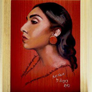 Retrato de Rupi Kaur realizado en óleo y lápiz sobre papel pintado por Maria del Roxo