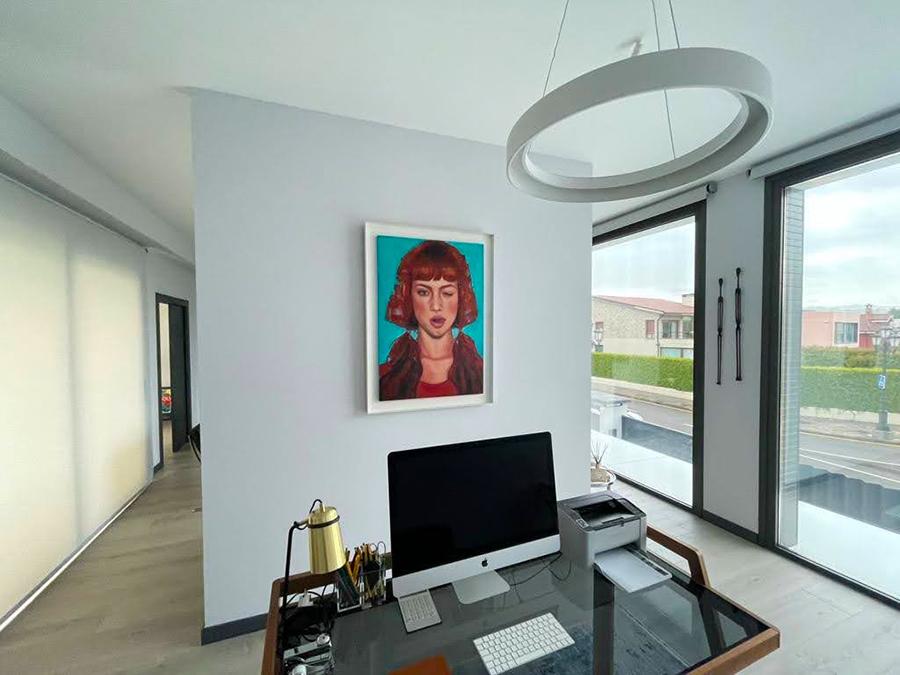 Artey belleza combinados en este retrato de gran tamaño para decorar una zona de trabajo moderna y actual