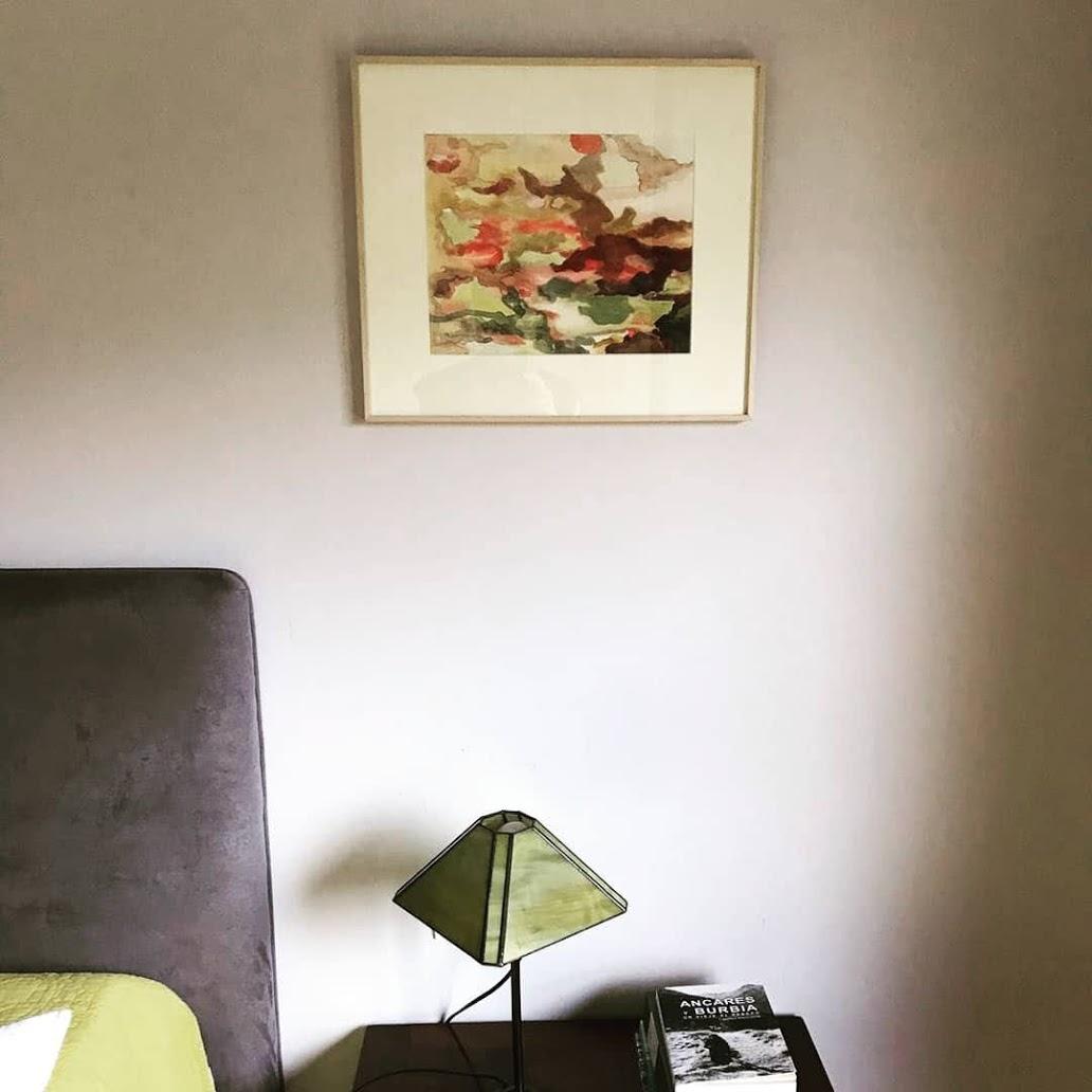 Pequeño cuadro abstracto imitando la corteza de un árbol en colores cálidos