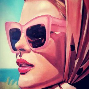 Malibu Total Glam Retrato Mujer joven tipo actriz Hollywood con pañuelo lunares y gafas rosas de sol